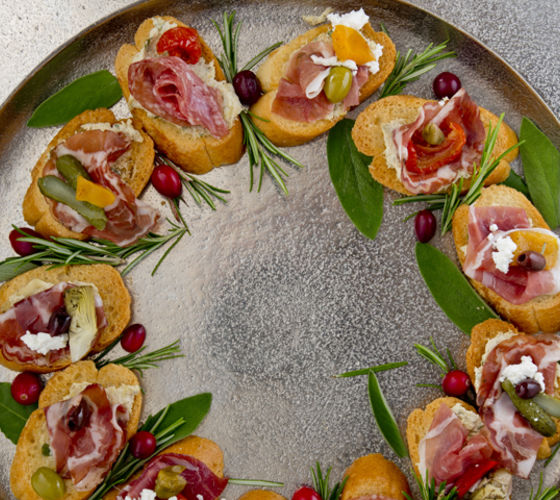 Savoury Edible Wreath with Artichoke and Goats' Cheese Dip